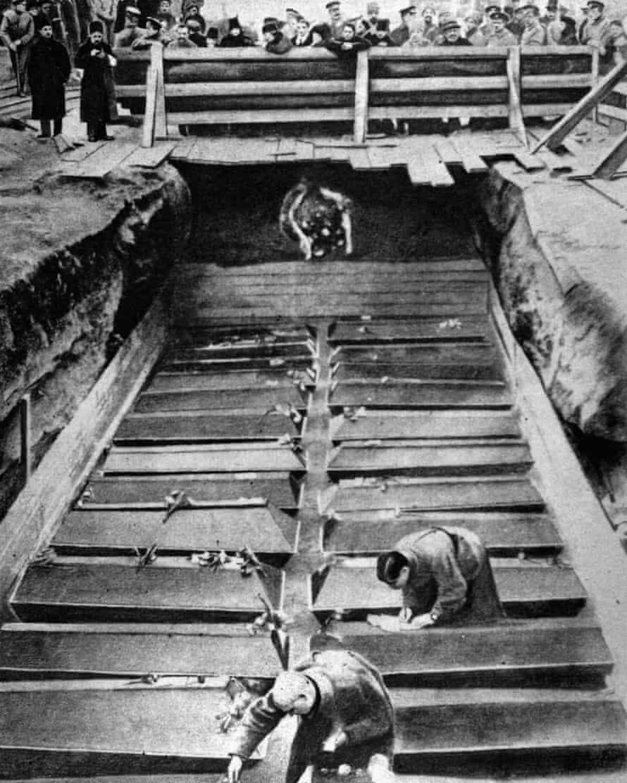 Burial of maximalist officers in Kiev, Ukraine, 1918.
