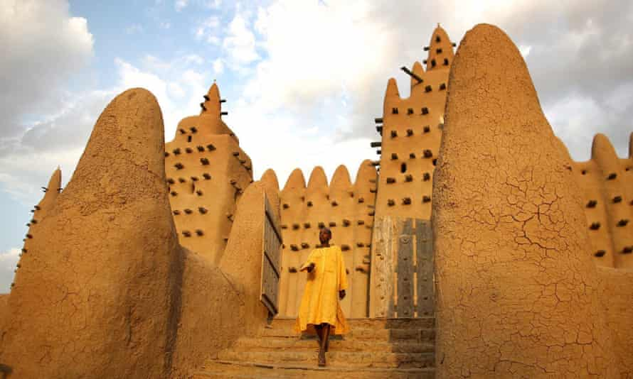 The largest mud-brick building in the world, the Grand Mosque, is located in the ancient town of Djenné.