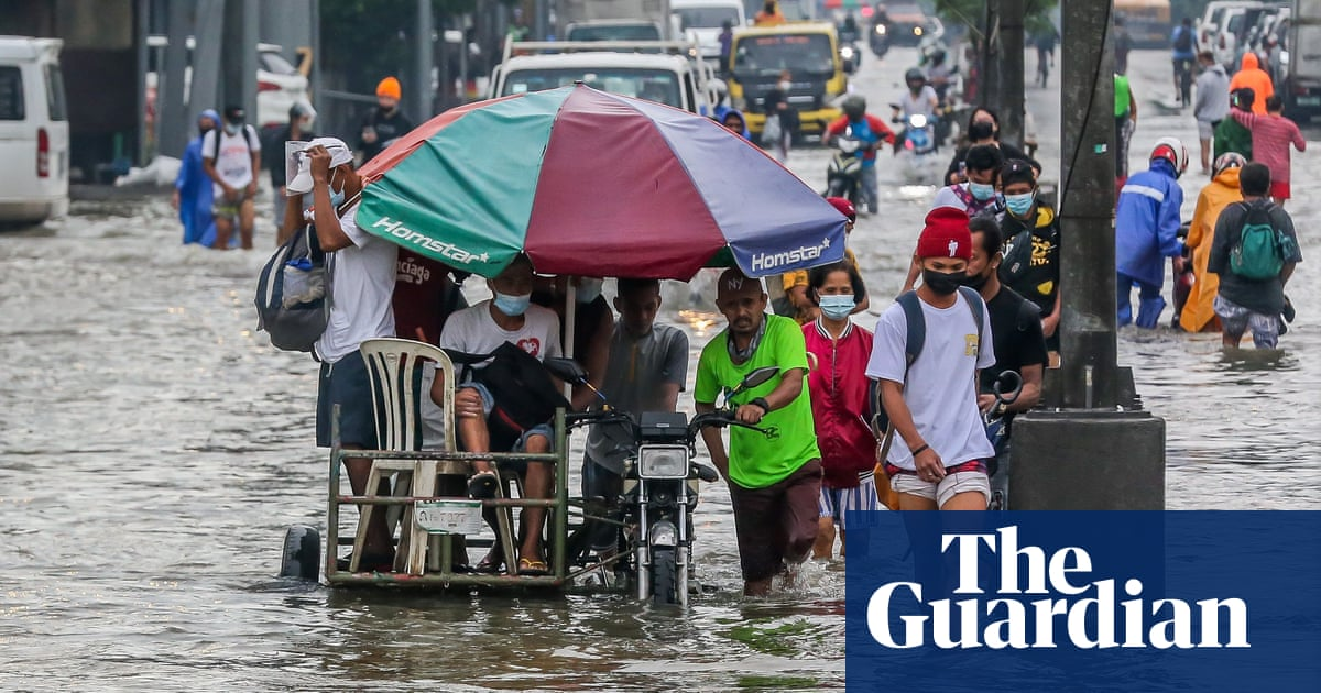 Philippines floods: thousands flee Manila after days of torrential rain