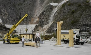 Italian workers in Carrara build the arch from marble.