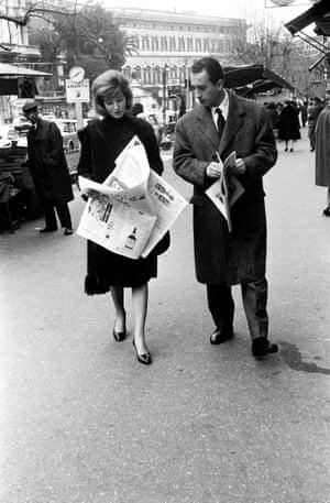 Vitti and Antonioni read newspapers