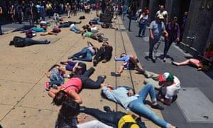 Activistas yacen en el suelo fingiendo estar muertos durante una protesta organizada para dirigir la atención a los riesgos de salud causados por la contaminación en la Ciudad de México.