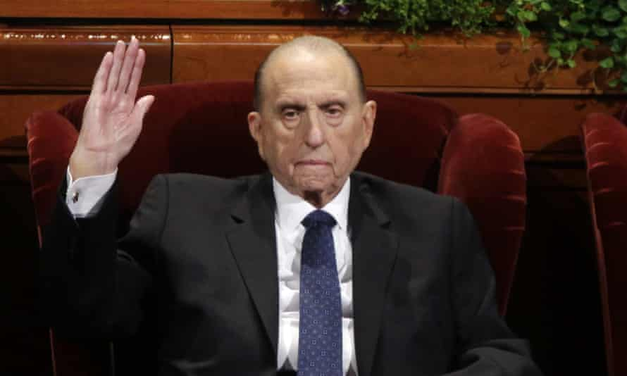 Thomas Monson, of the Church of Jesus Christ of Latter-day Saints, raises his hand during a vote at a Mormon church conference, in Salt Lake City in 2016.