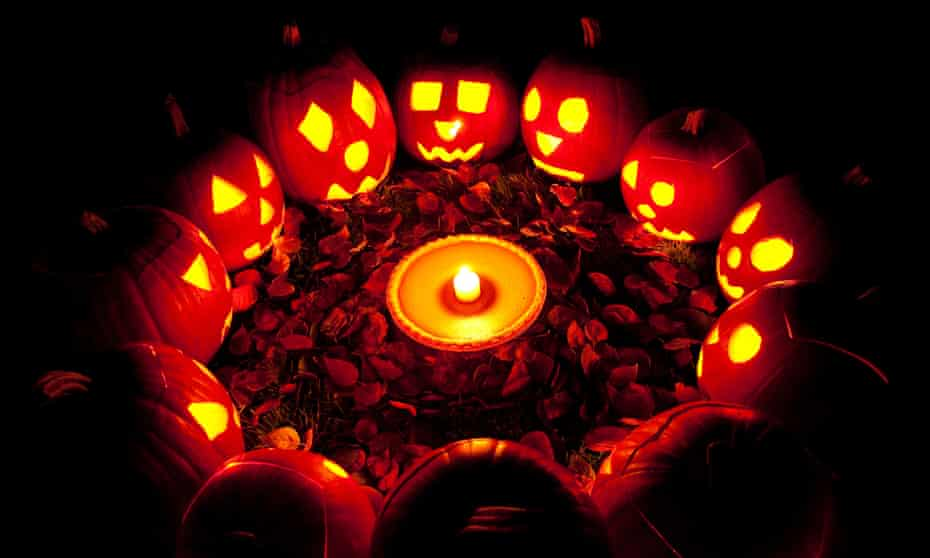 Carved pumpkins in a circle at twilight around a pumpkin pie on Halloween