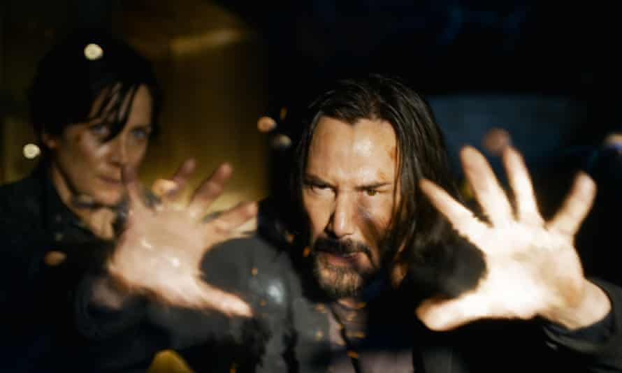 Keanu Reeves and Carrie-Anne Moss in Matrix Resurrections.