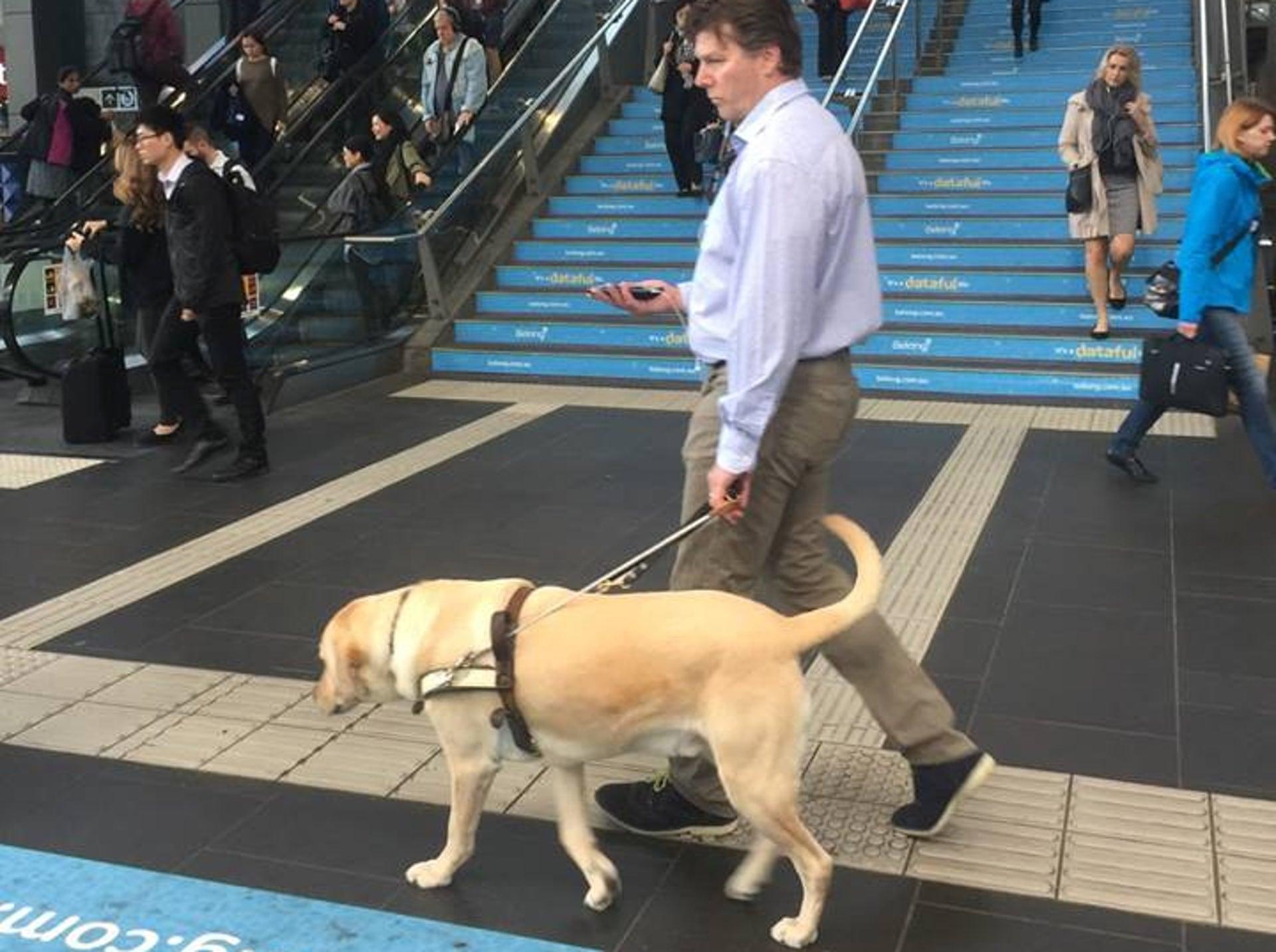 Los usuarios del esquema de balizas de Melbourne reciben instrucciones de audio a través de sus teléfonos inteligentes. Fotografía: Guide Dogs Victoria