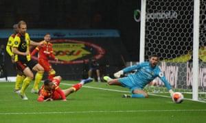 Norwich City's Adam Idah hits the ball wide.