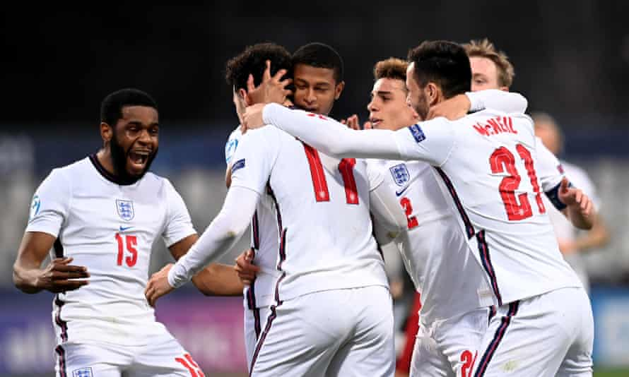کورتیس جونز (شماره 17) پس از برتری 2-0 انگلیس در کنار هم تیمی های خود جشن می گیرد.