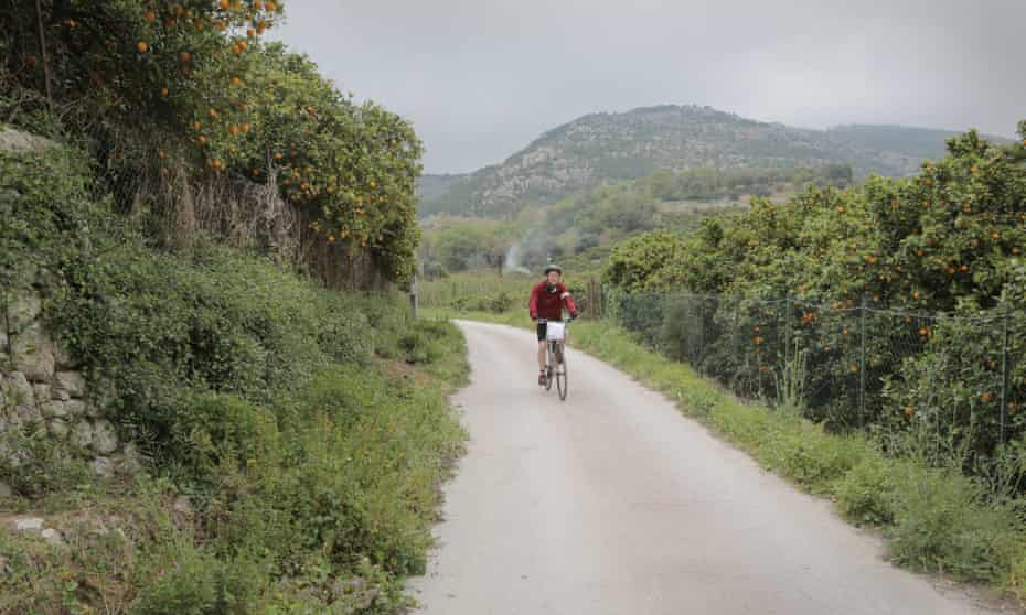 Cycling in the Anapo valley.