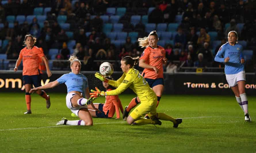 Manchester City's Pauline Bremer forces homes the Manchester City opener.