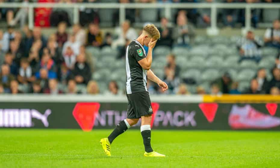 Matt Ritchie goes off injured during Newcastle's Carabao Cup defeat by Leicester.