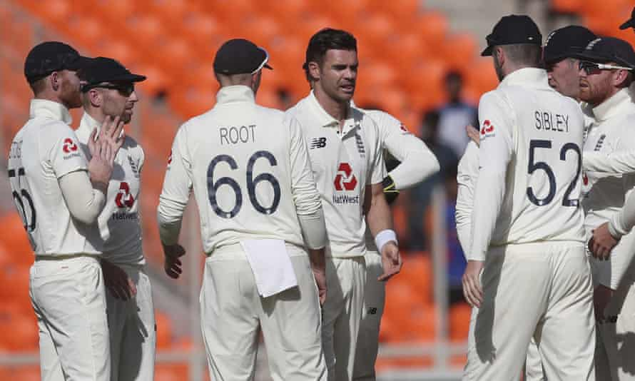 The England players congratulate Jimmy Anderson after dismissing Shubman Gill in the fourth test.  The veteran sailor was in excellent shape despite the series loss for his team.