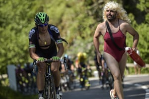 """A Pamela Anderson """"look-a-like"""" supports Pierrick Fedrigo during the tenth stage between Tarbes and La Pierre-Saint-Martin"""