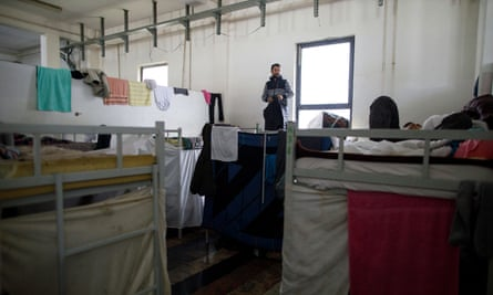 There are approximately 7,000 migrants in camps without electricity, heat or drinking water on the Bosnian border says the UNHCR.