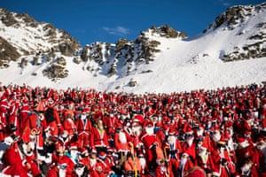 1,200 skiers dressed as Santa Claus