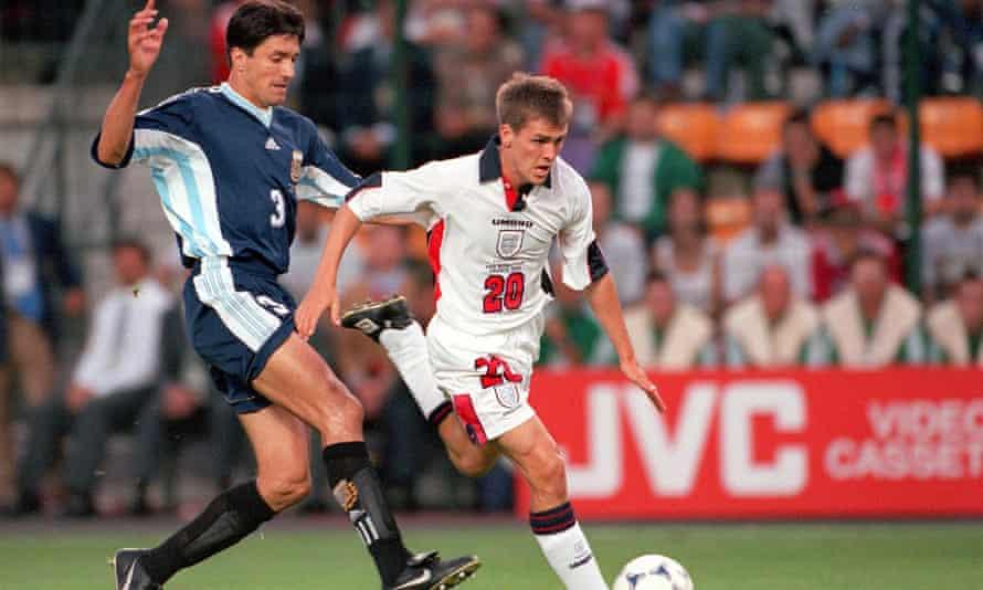 England's Michael Owen holds off Jose Chamot