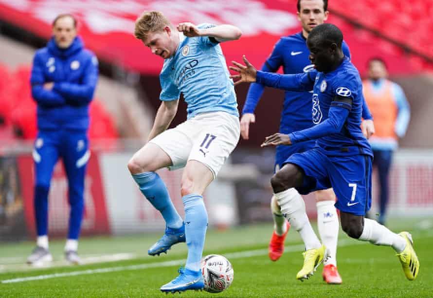 kevin de bruyne é sufocado por n'golo kanté na semifinal da Copa FA. pode manchester city encontrar uma maneira de libertar o belga?