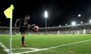 Bruno Fernandes takes a corner for Manchester United