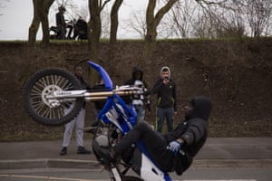 Fans record a non-handed wheelie in Argenteuil