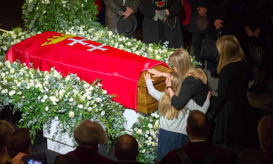 Pawel Adamowicz's widow and daughters at his lying in state in Gdańsk.