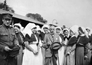 Sisters and staff of the 1st Australian General hospital share a joke with Prime Minister William Morris Hughes. Standing on his left is Matron Ethel Gray, Australian Army Nursing Service.
