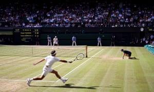 Roger Federer returns to Thomas Berdych.