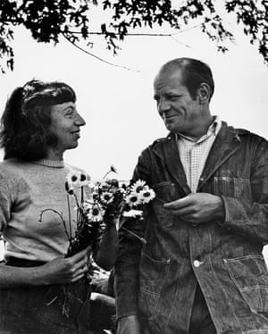 Lee Krasner y Jackson Pollock fotografiados en su jardín Springs por Wilfred Zogbaum, c. 1949