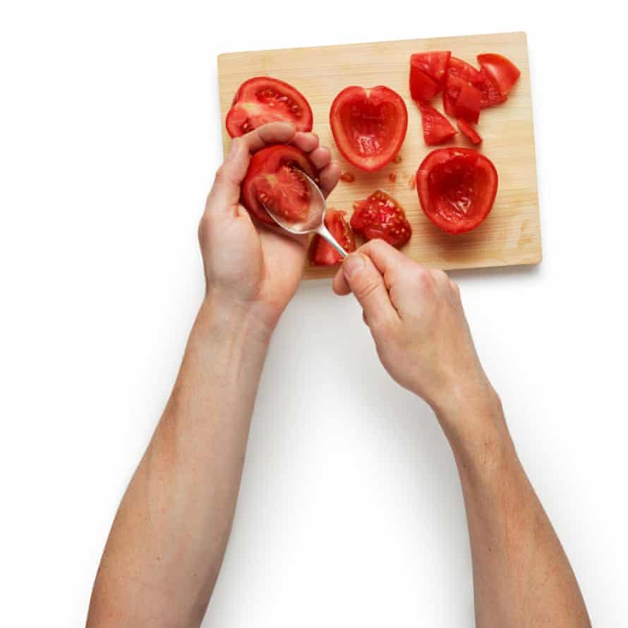 Corta los tomates pera por la mitad, quita las semillas y luego córtalos en dados gruesos.  Colocar en una bandeja para hornear ligeramente engrasada y hornear durante unos 30 minutos, hasta que comience a dorarse.