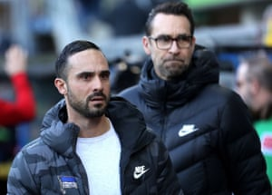 Alexander Nouri (left) arrives for the match with Paderborn with Hertha's sporting director, Michael Preetz.