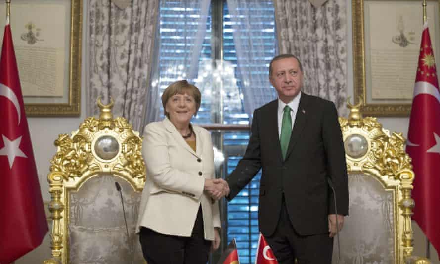 Angela Merkel shakes hand with Recep Tayyip Erdoğan.