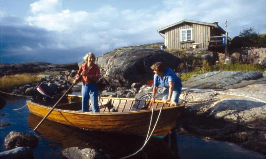 Tove Jansson and Tuulikki Pietilä on the island of Klovharun.