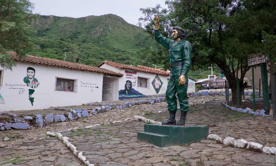 Statue and graffiti for Guevara in La Higuera, Bolivia.