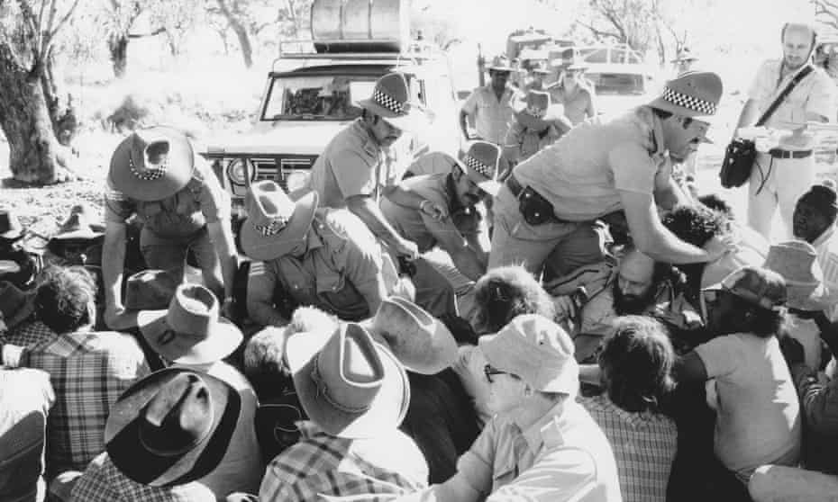 Protesters stage a sit-in at Mickey's Pool on Noonkanbah station, 1978