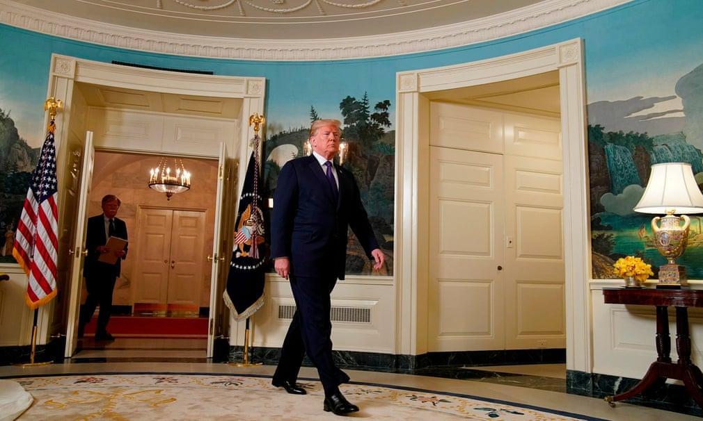 Donald Trump, seguito dal Consigliere per la Sicurezza Nazionale John Bolton, arriva per annunciare l'attacco missilistico in Siria alla Casa Bianca, a Washington DC. Credits to: Yuri Gripas/Reuters.