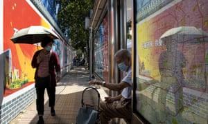 Les résidents portent des masques pour se protéger du coronavirus près des panneaux de propagande du gouvernement à un arrêt de bus à Pékin le mercredi 2 septembre 2020.