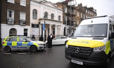 La policía fuera de la Iglesia Angel en el norte de Londres