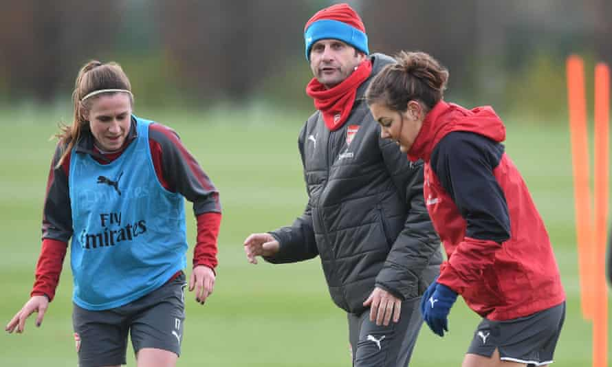Joe Montemurro in Arsenal training with Heather O'Reilly, left, and Jemma Rose.