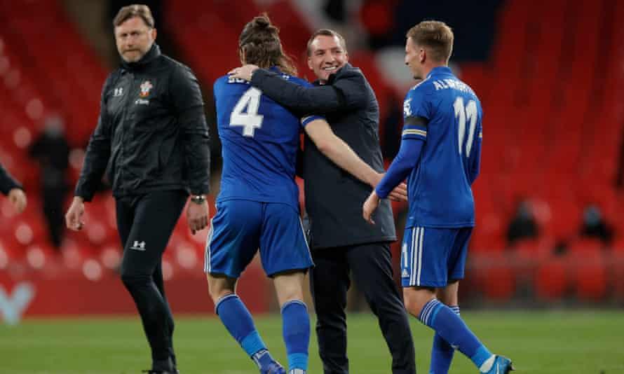 برندان راجرز پس از پیروزی در نیمه نهایی جام حذفی به بازیکنان خود تبریک می گوید