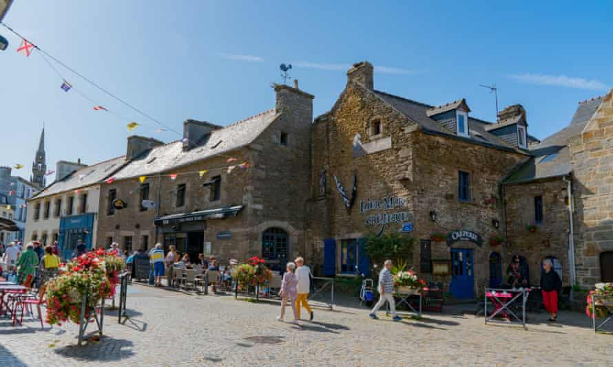 Town square in Le Conquet with tourists