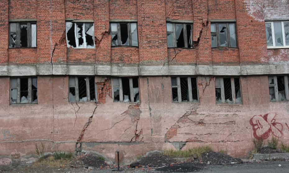 The damaged office building on Norilsk's Komsomolskaya Street remains empty after cracking in 2009.