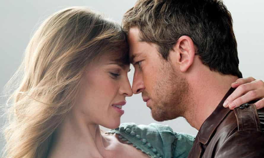 Hilary Swank and Gerard Butler in PS I Love You.