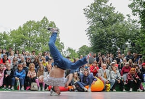 A breakdancer doing a headspin