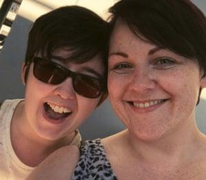 Sara Canning (derecha) en una selfie tomada con su compañera Lyra McKee