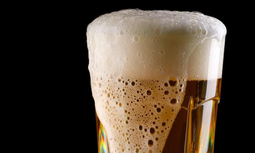 Overflowing glass of beer<br>C65B5D Overflowing glass of beer