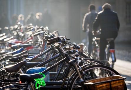 Велосипедисты едут по центру Кембриджа.