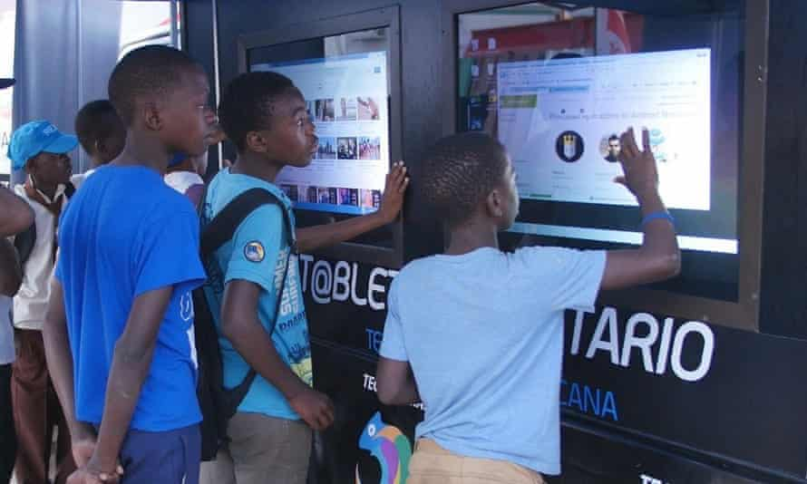 Young people in Mozambique use the Kamaleon community tablet