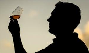 glass of whisky, strathearn distillery