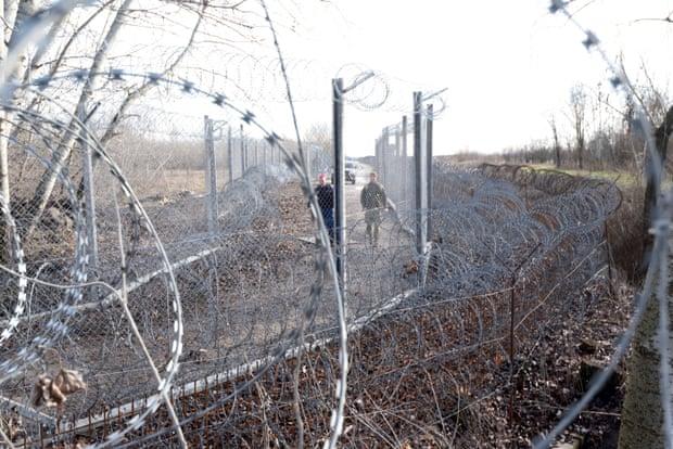 Eine ungarische Patrouille an der mit Stacheldraht gesicherten Grenze zu Serbien.