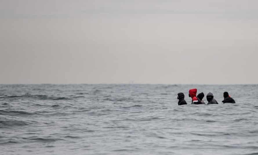 مهاجران روی یک قایق می نشینند
