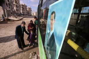 Syrians boarding bus
